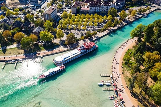 navettes touristiques avec chauffeur privé VTC pour découvrir Annecy, ses plages, la place de l'Europe, le port et l'esplanade